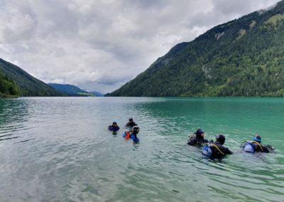 eine Gruppe von Tauchern im Bergsee