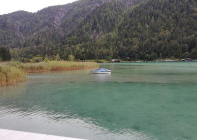 kleines zugedecktes Boot im Weißensee