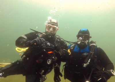Tauchlehrer und Schüler unter Wasser