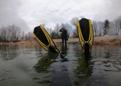 Taucher wartet im Wasser auf Buddy